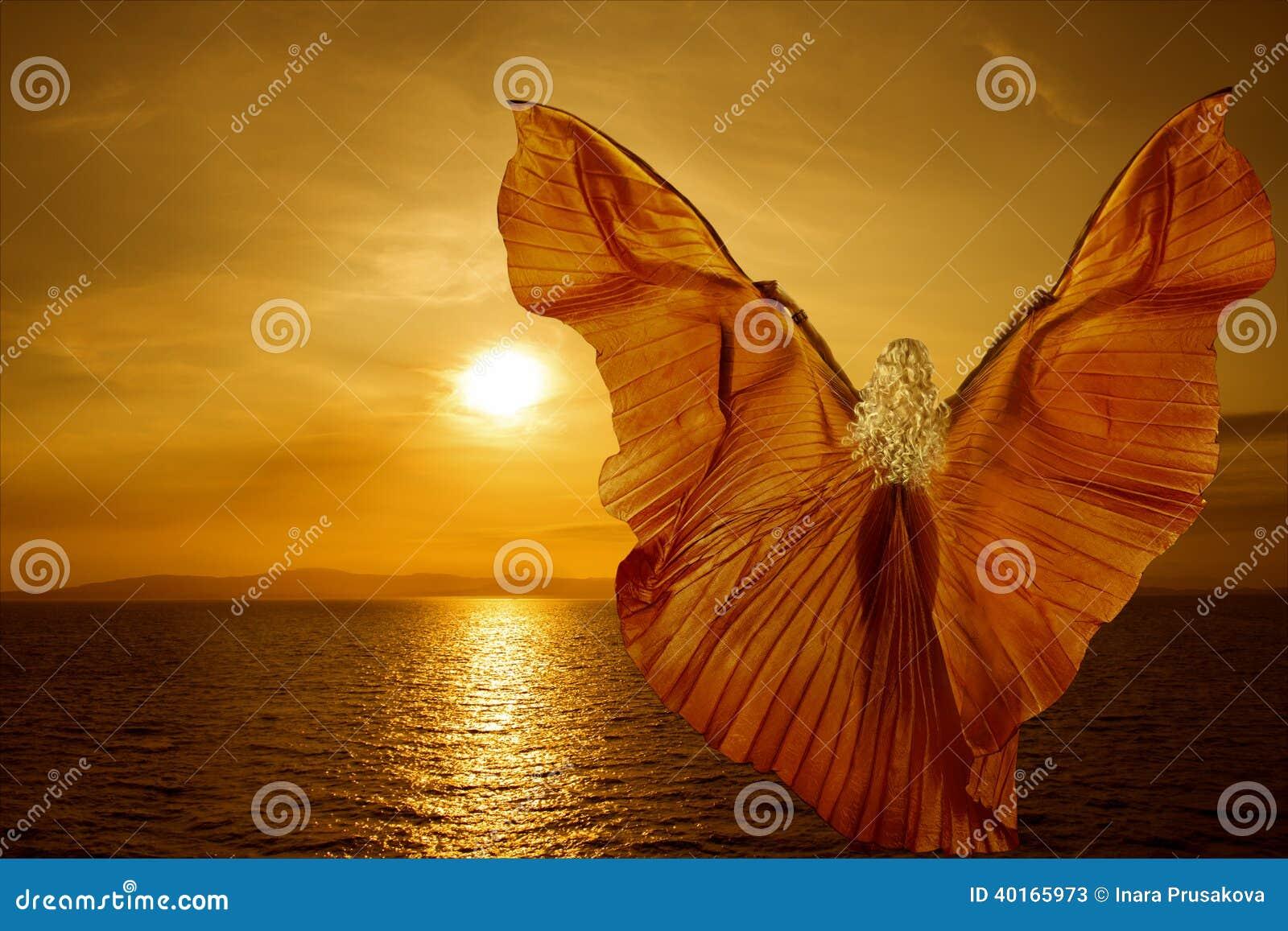 La mujer con la mariposa se va volando el vuelo en puesta del sol del mar de la fantasía