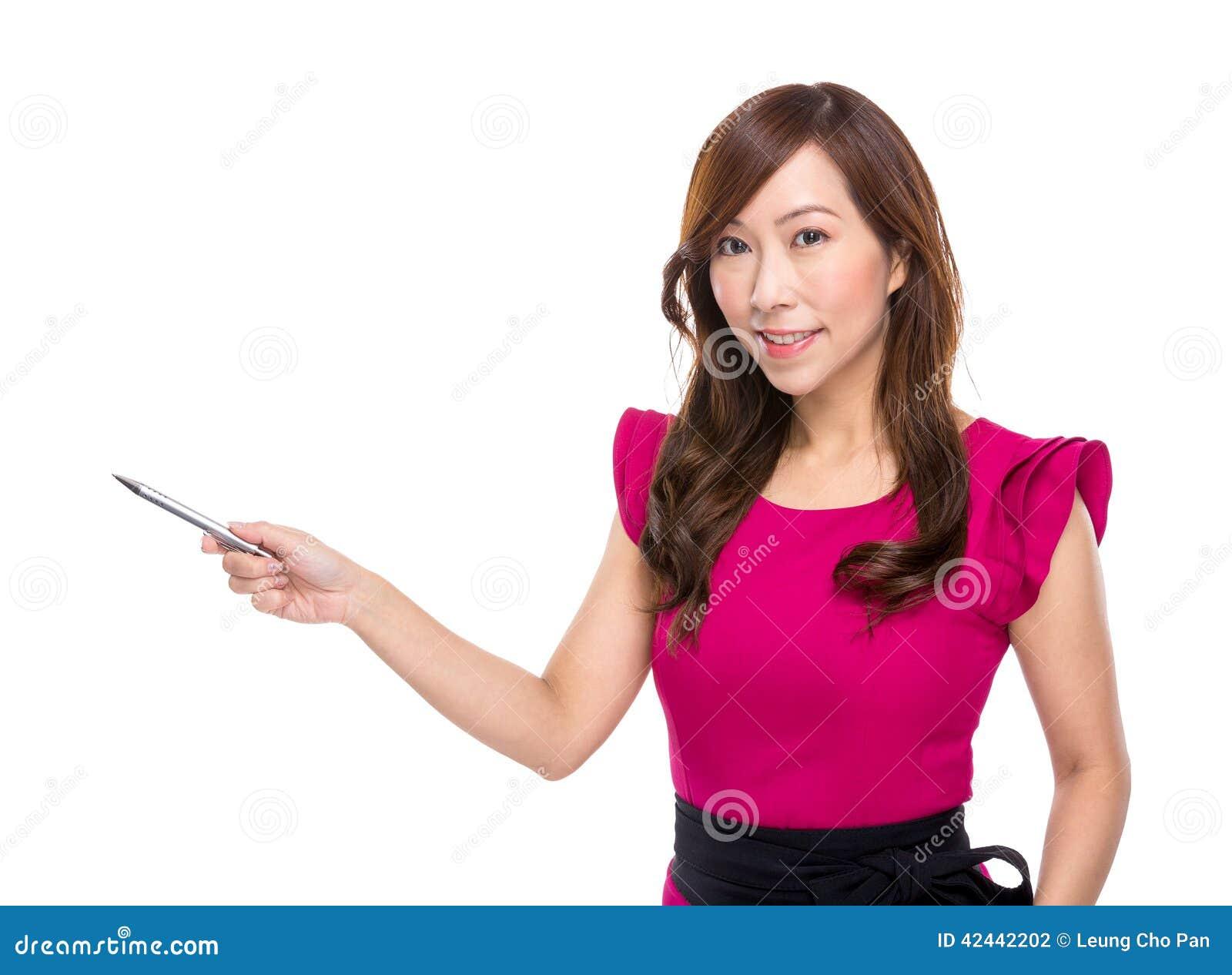 La mujer con la pluma señala