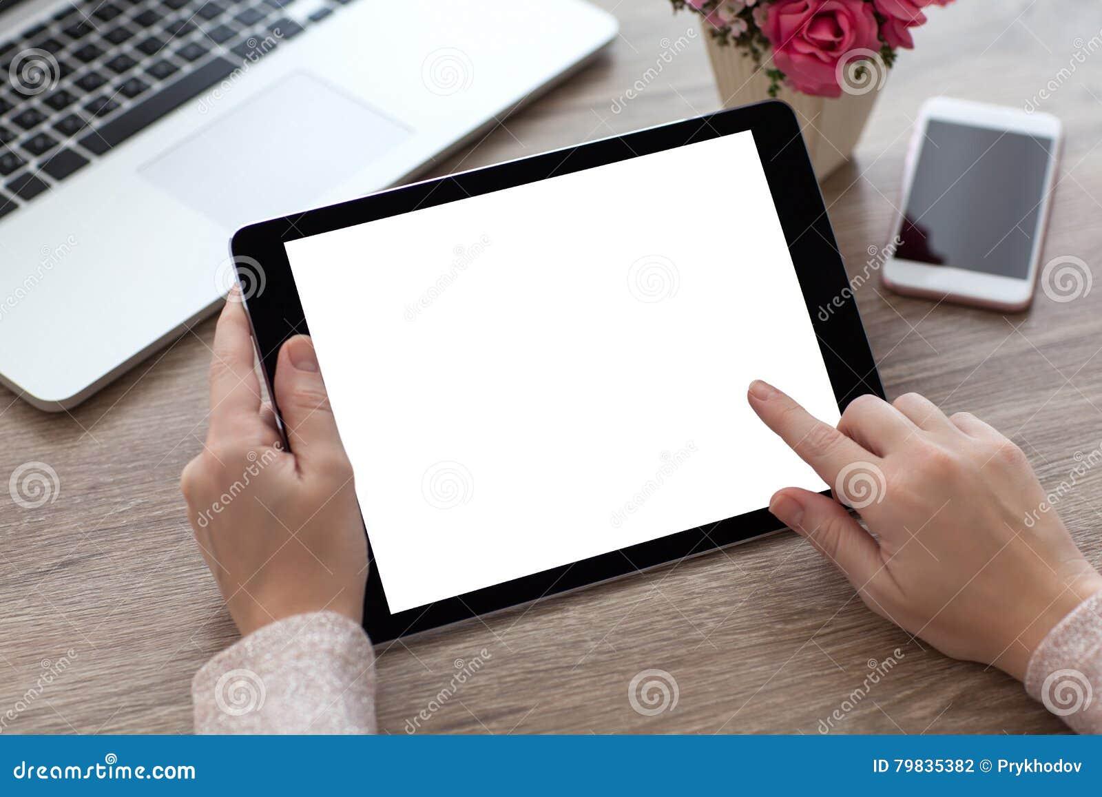 La mujer da sostener el ordenador de la tableta con la pantalla aislada