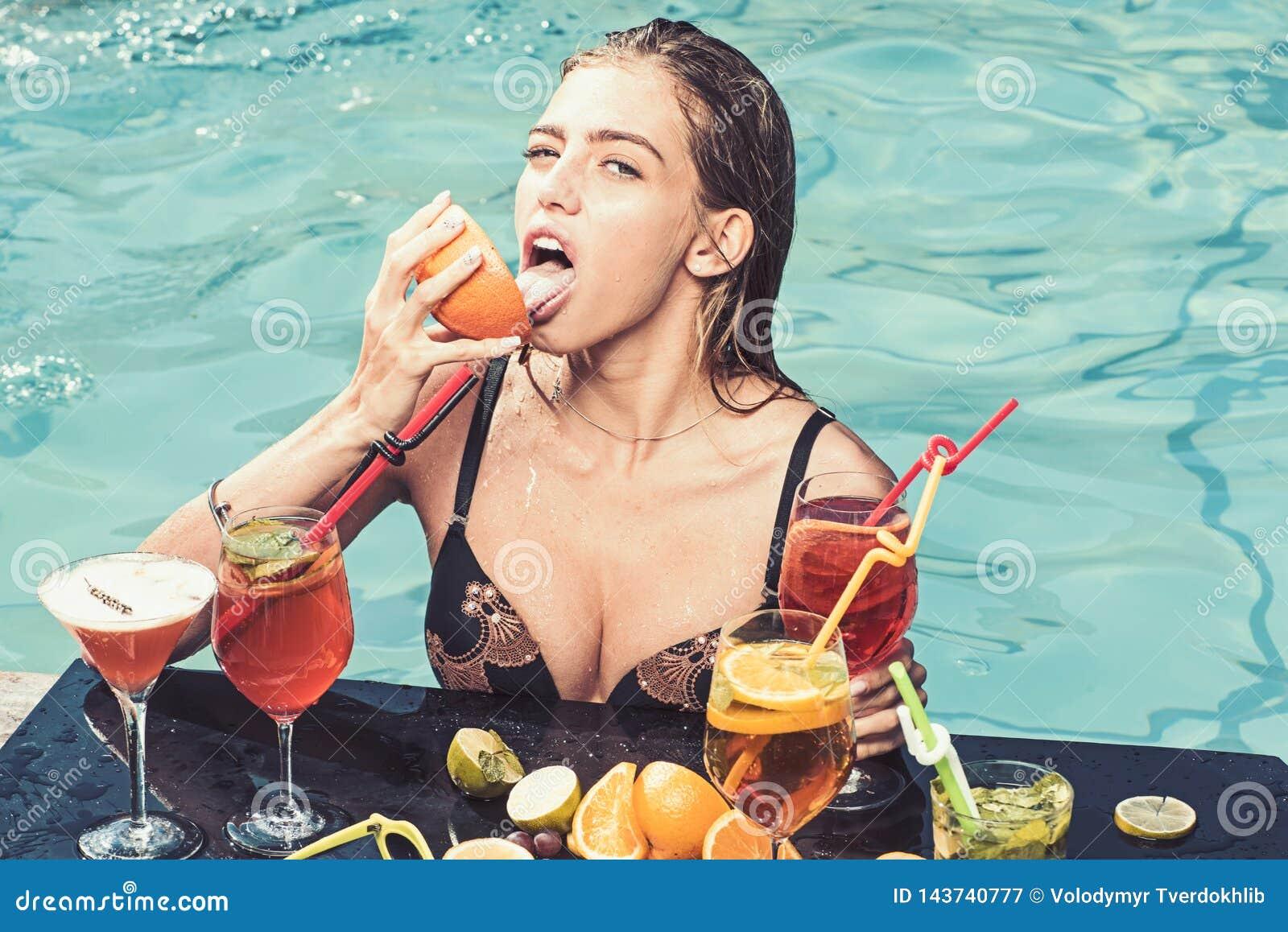 La mujer de la moda con restaura el alcohol en Miami Jugo fresco de la vitamina de la bebida, dieta La fiesta en la piscina se re
