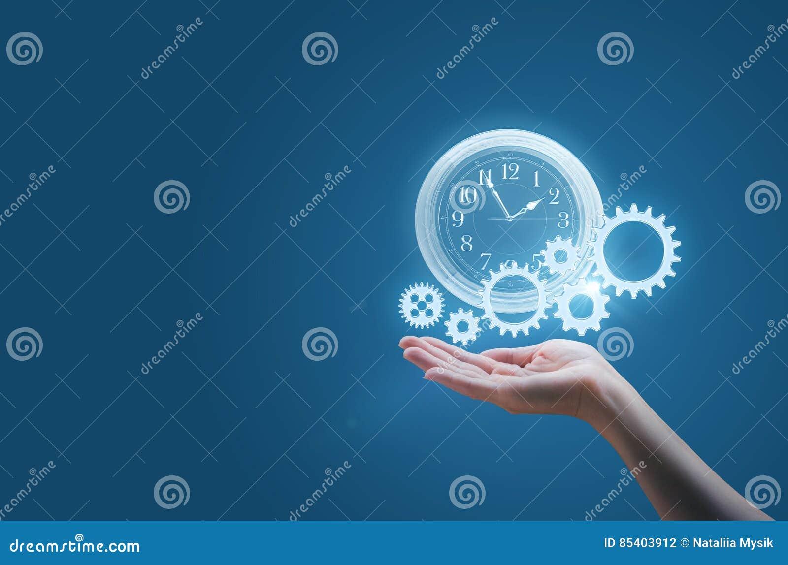La mujer de negocios en la palma de su mano vigila y los engranajes simbolizan el proceso de un negocio acertado