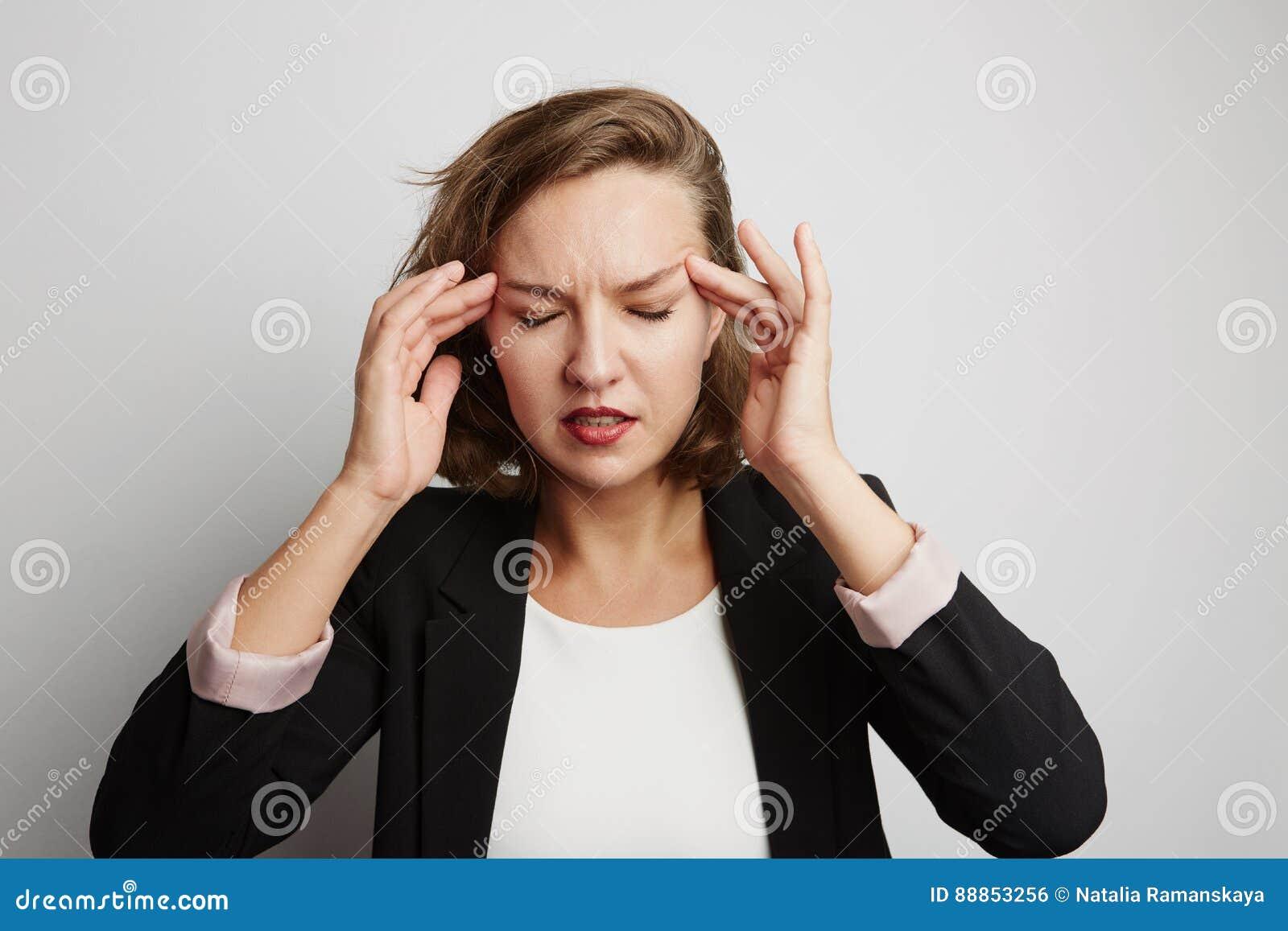 La mujer de negocios joven incurrió en una equivocación, foto del estudio en un fondo blanco