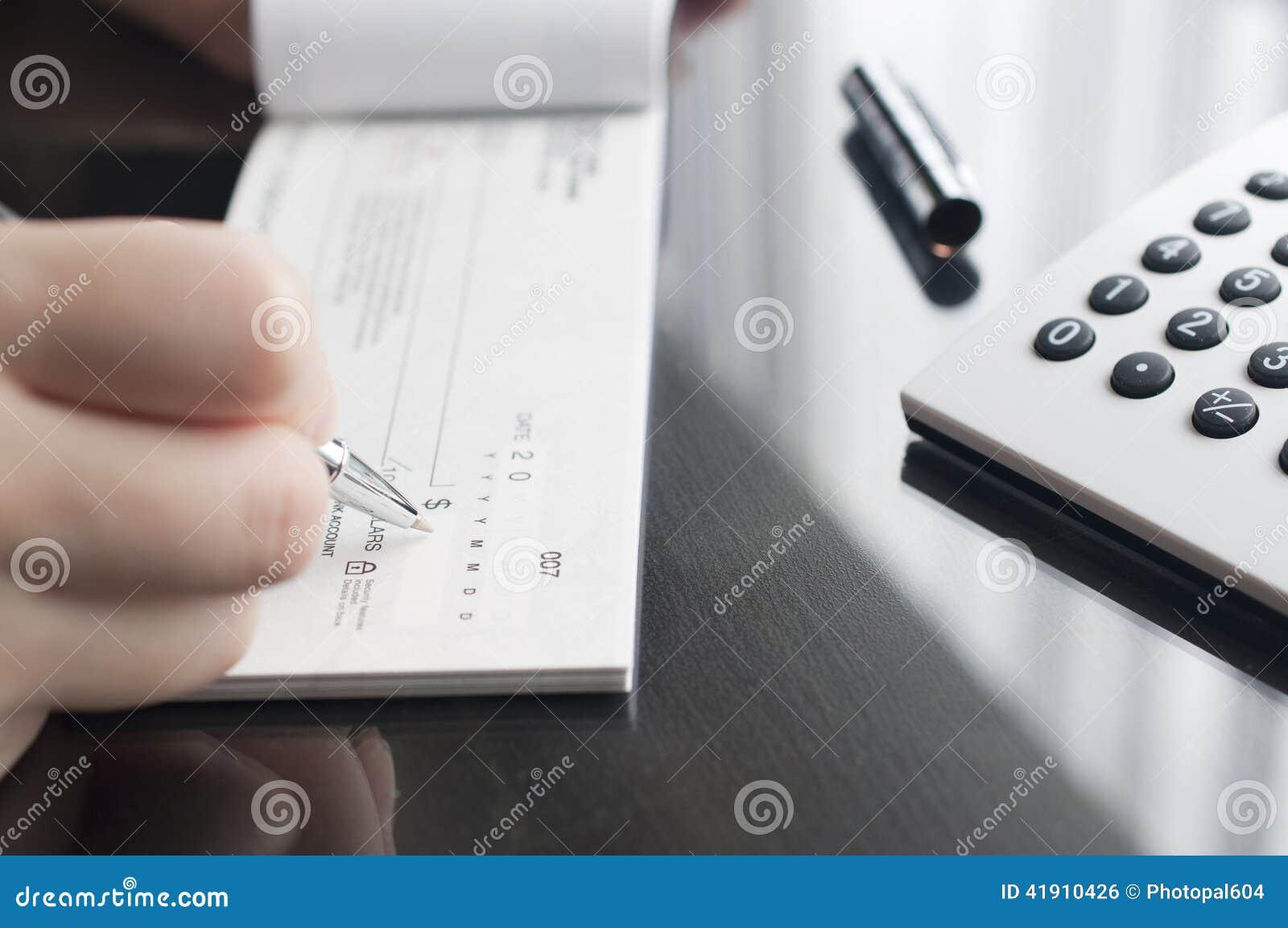 La mujer de negocios prepara la escritura de un control