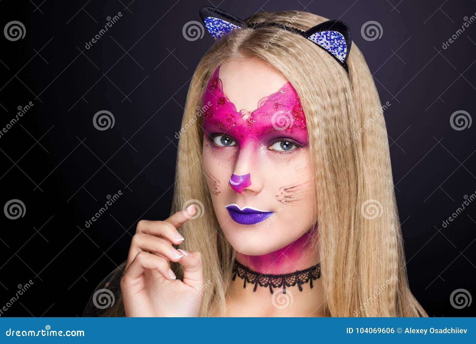 La mujer del gato compone