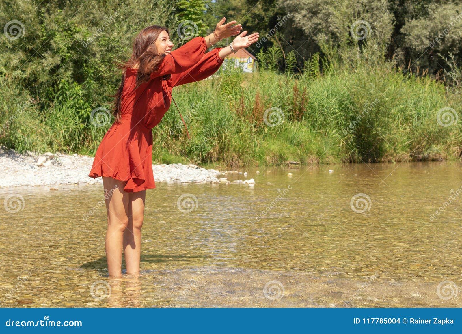 La mujer disfruta de su tiempo libre en el río de Isar en Munich