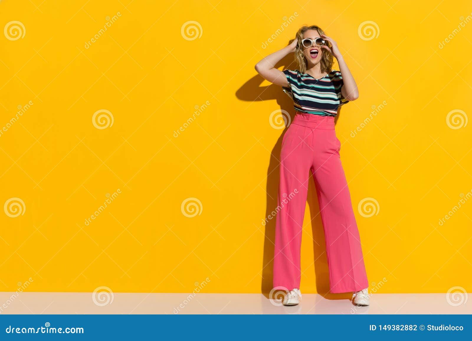 La Mujer Elegante Feliz En Gafas De Sol Pantalones Anchos Rosados De Las Piernas Zapatillas De Deporte Y Blusa Rayada Est Grit Foto De Archivo Imagen De Pantalones Mujer 149382882