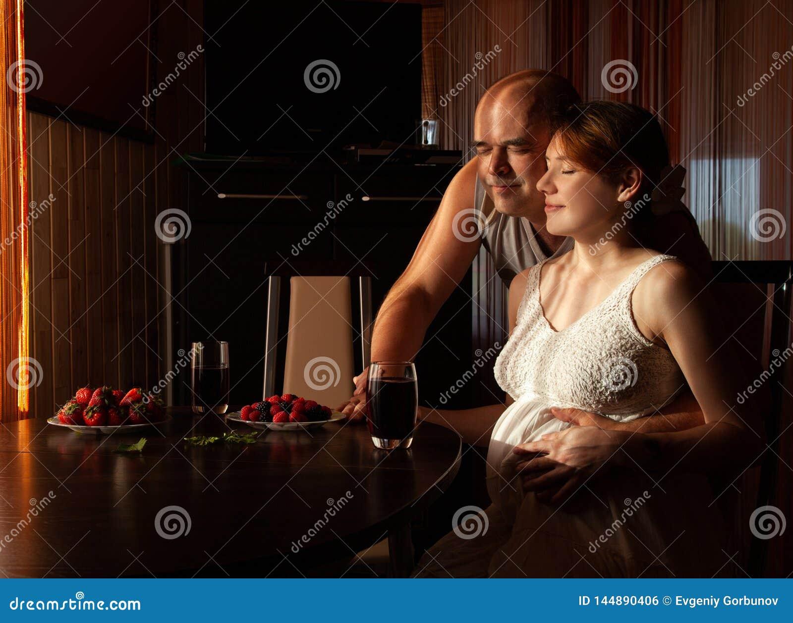 La mujer embarazada con su marido