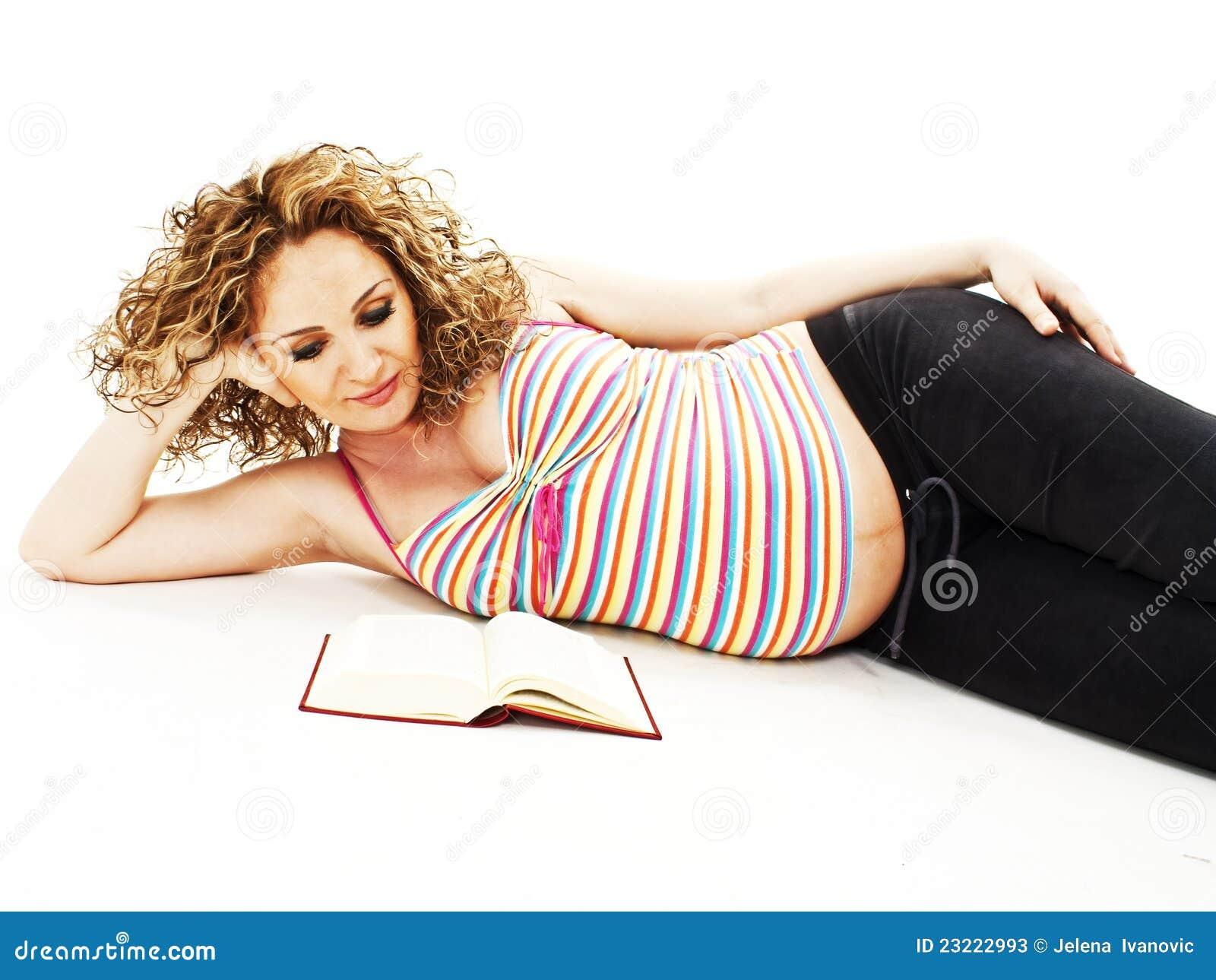 Mujer Leyendo El Libro En Blanco En El Jardín: La Mujer Embarazada Lee El Libro Fotos De Archivo