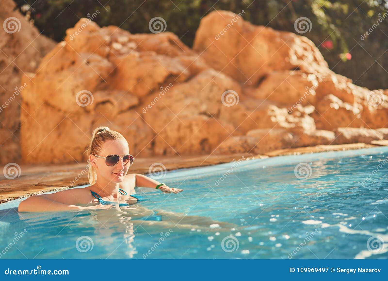 Que Las Y Mujer Relajan En La Sol Baño Gafas Se Traje De Azul sthQdrCx