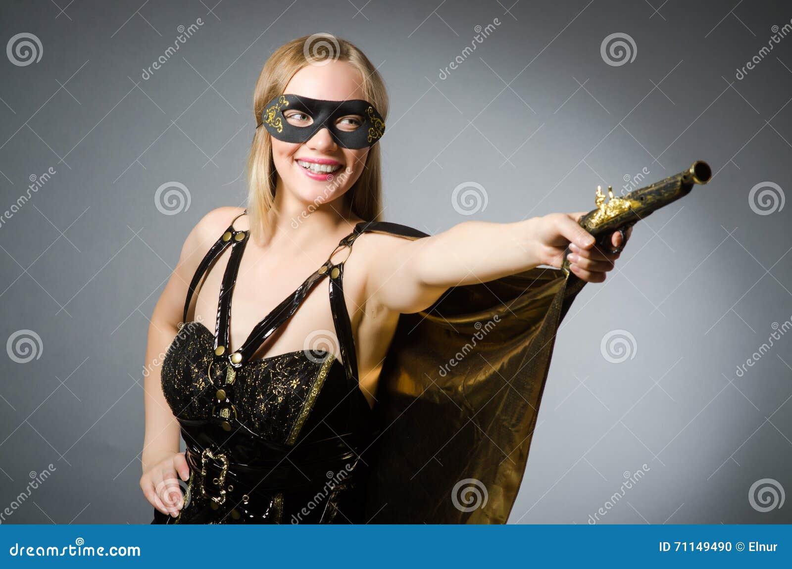 La mujer en traje del pirata