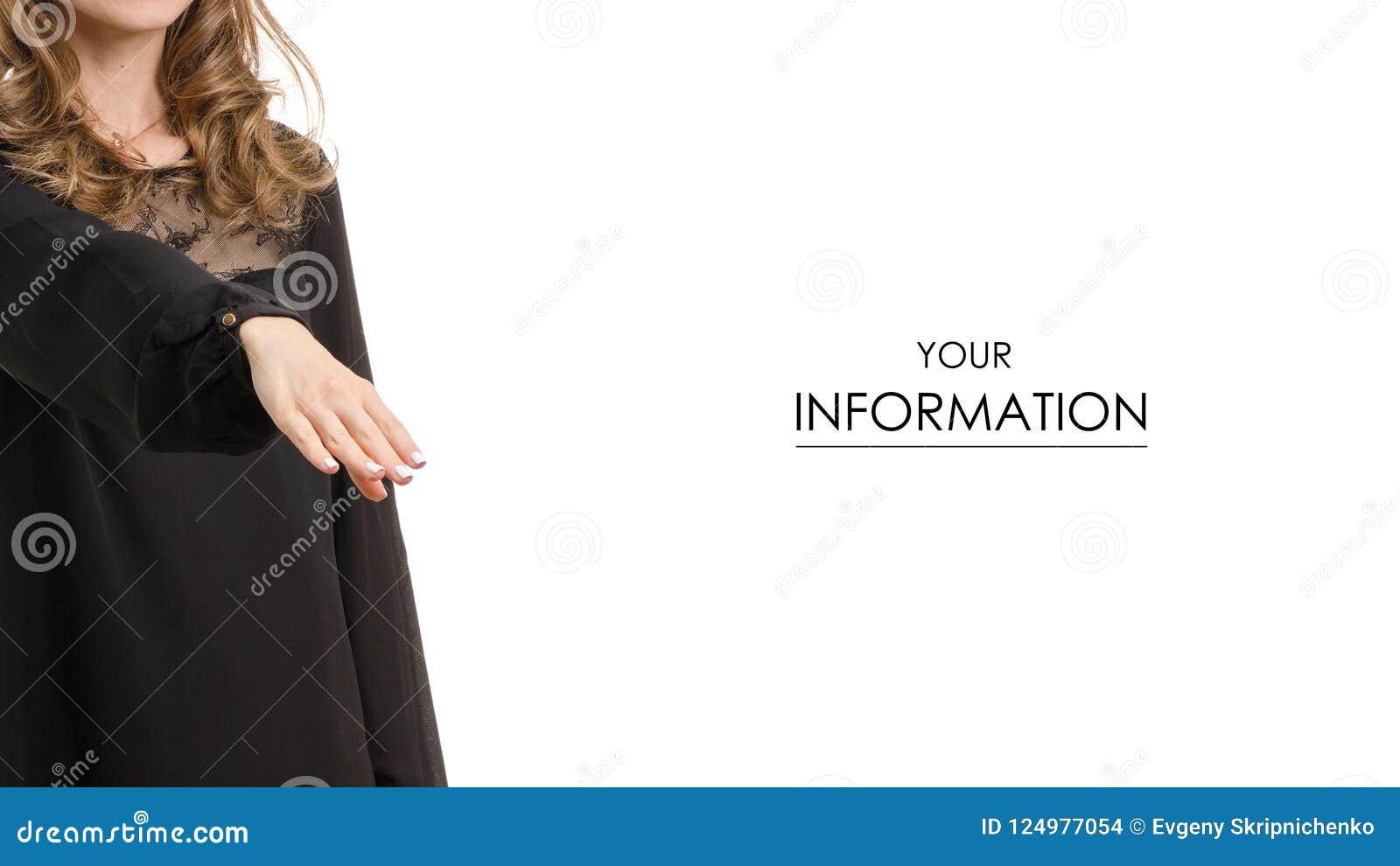 La mujer en vestido negro amplía su mano para decir hola el modelo