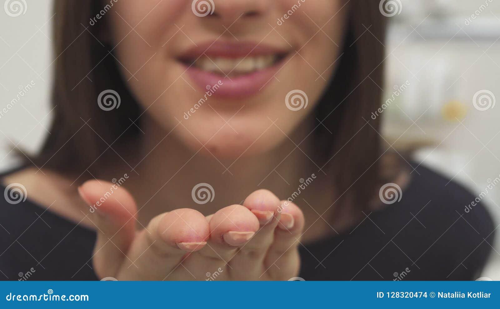 La mujer envía beso del aire