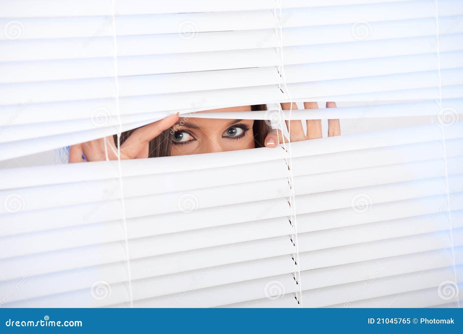 La mujer está esperando con esperanza cerca de ventana