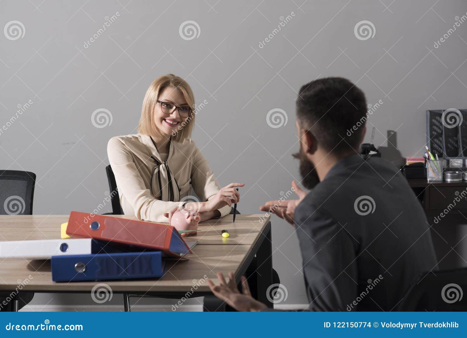 La mujer feliz discute el dinero de la compañía con el hombre Sonrisa del jefe de la mujer con el financiero en oficina Empresari