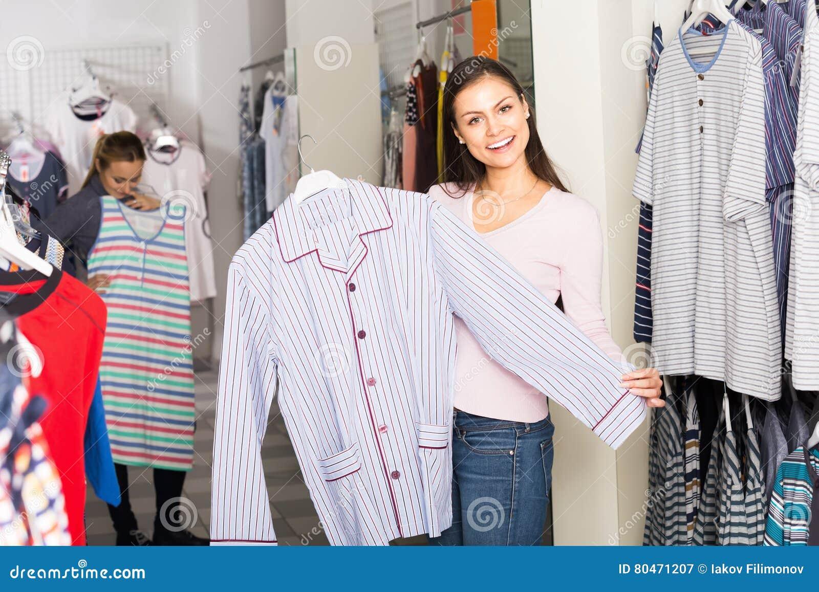 8d2254a8a Las mujeres jovenes gay que eligen los pijamas rematan para los hombres en  tienda con la ropa interior
