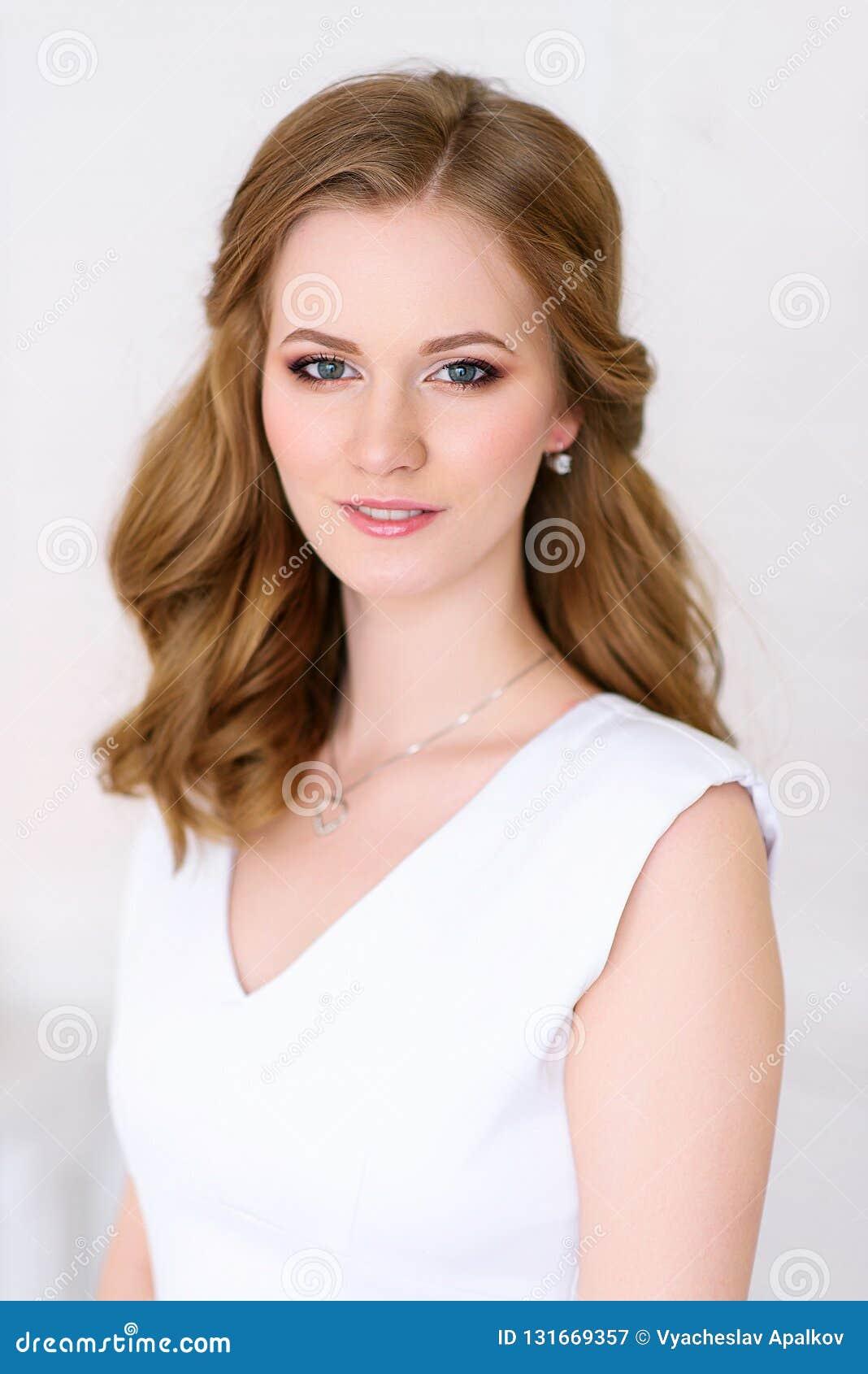 La mujer hermosa con concepto sano de la piel del balneario, limpio aseado compone la mirada natural del pelo del abrigo, fondo b