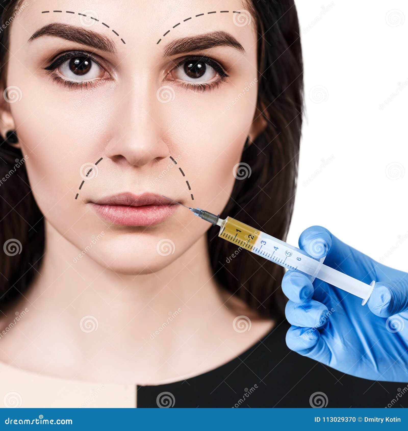 La mujer hermosa consigue inyecciones del facial de la belleza