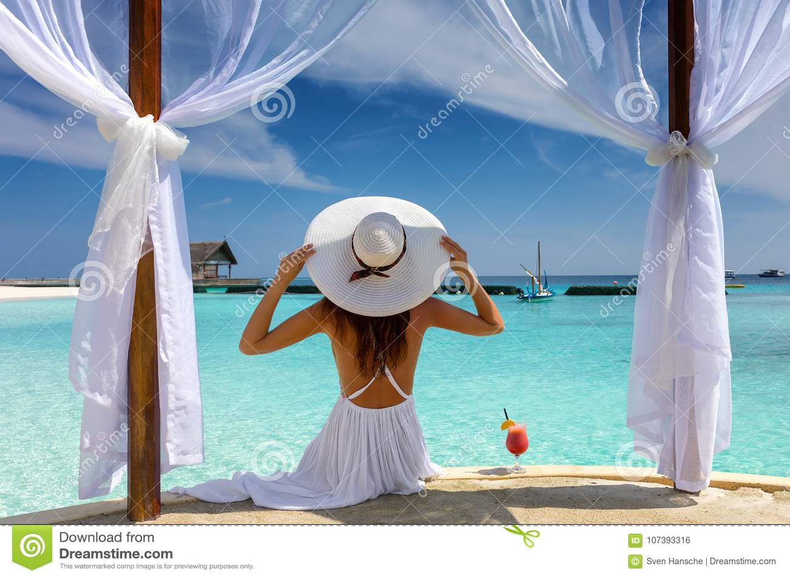 La mujer hermosa disfruta de sus vacaciones de verano en las zonas tropicales