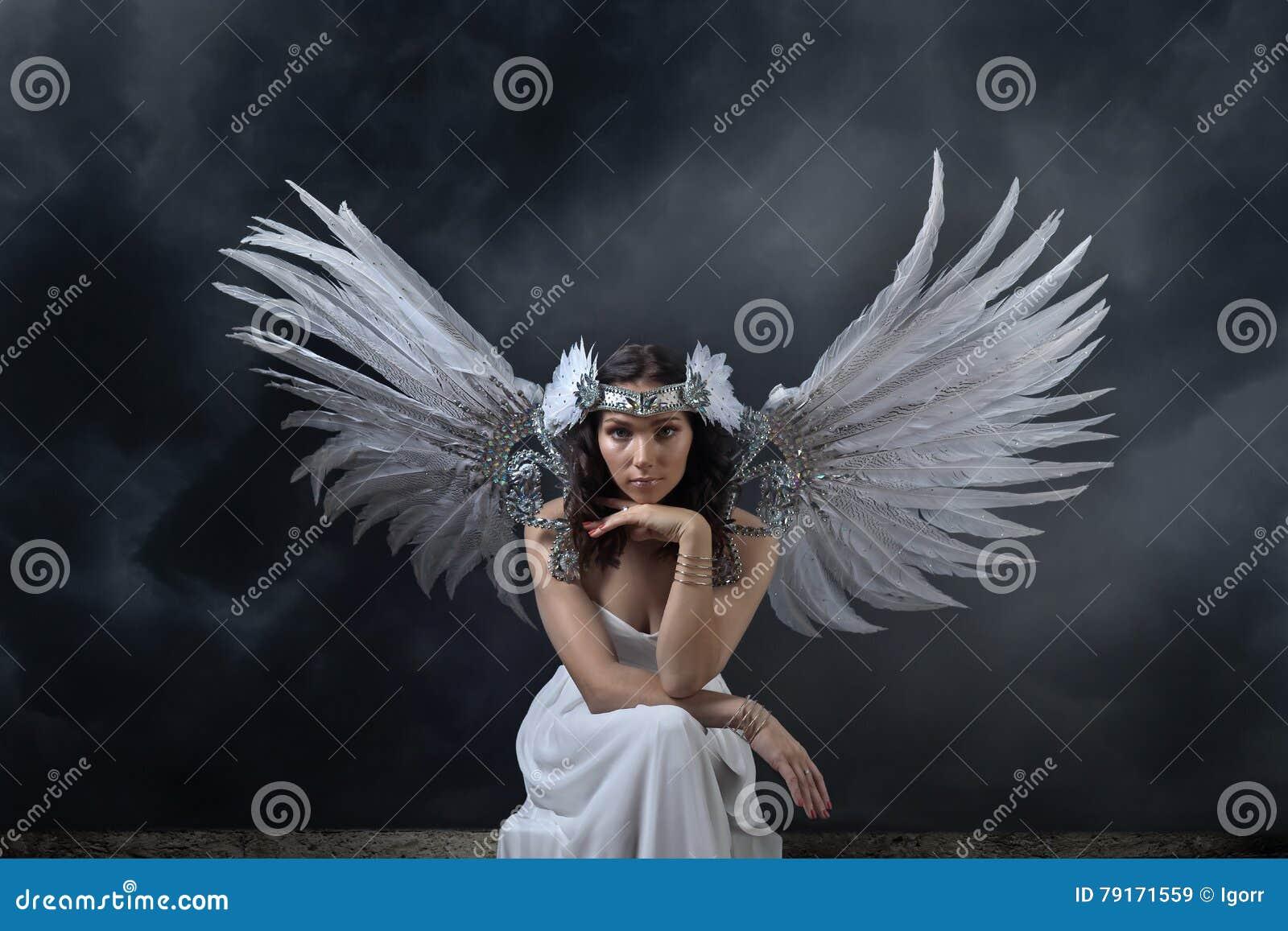 la mujer hermosa en el vestido blanco con ngel se va. Black Bedroom Furniture Sets. Home Design Ideas