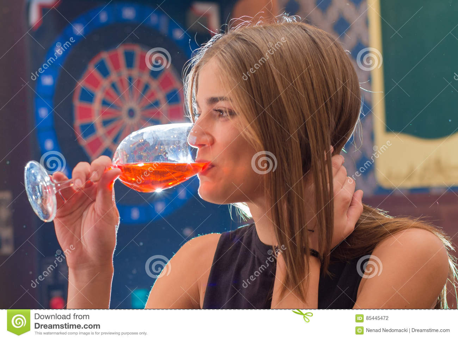 La mujer hermosa joven se relaja en club de noche