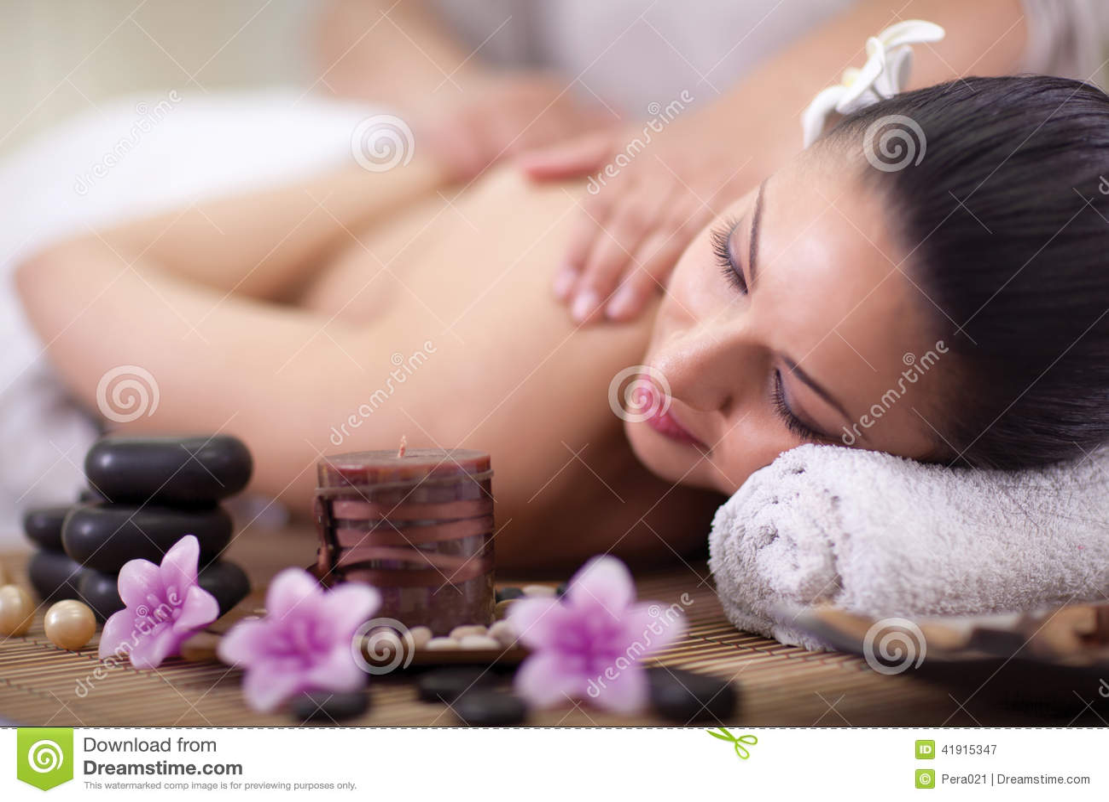 La mujer hermosa que tiene una salud detrás da masajes en el salón del balneario