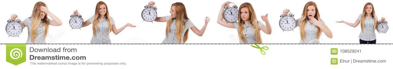 La mujer joven con el reloj en blanco