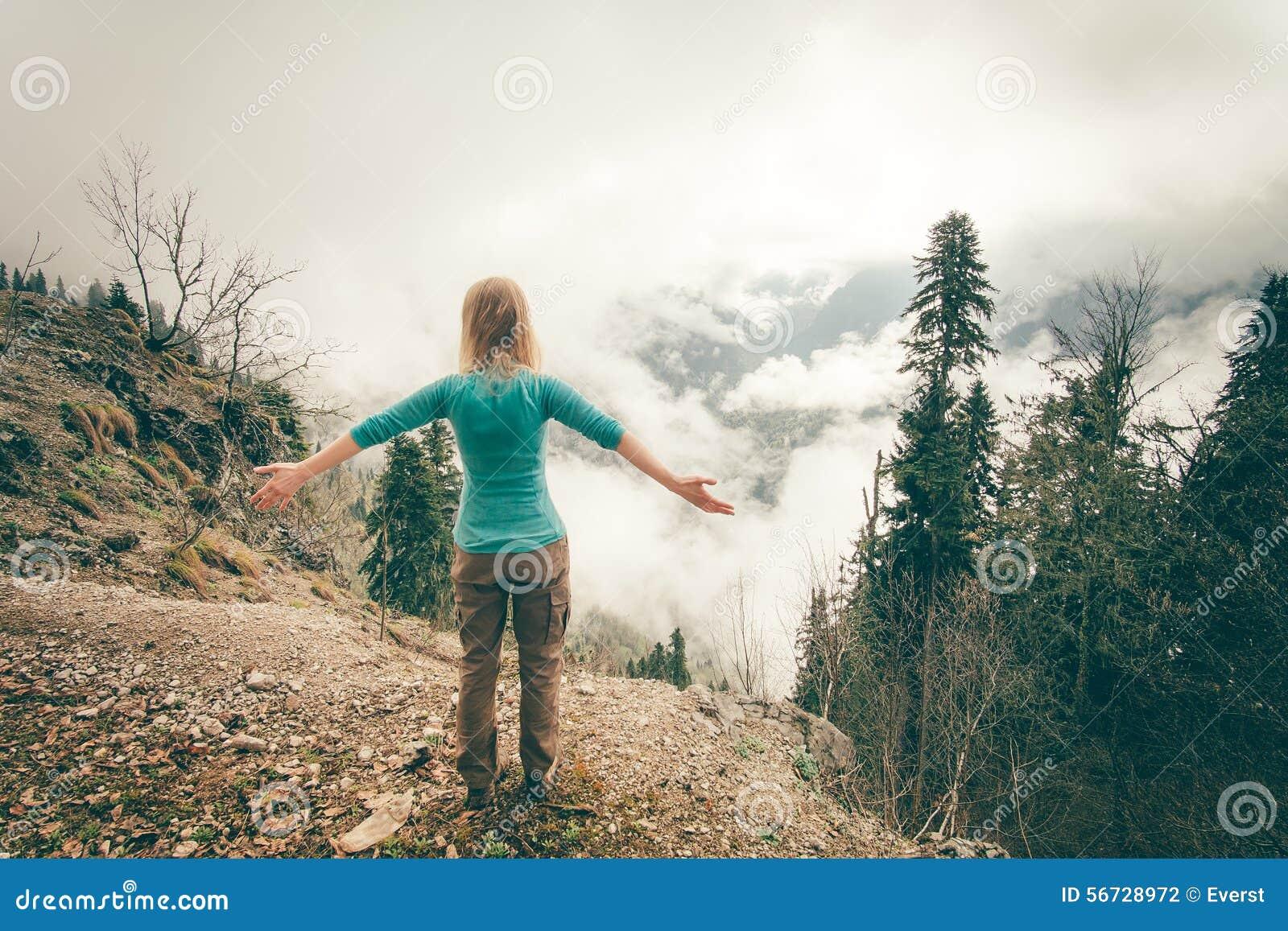 La mujer joven criada da la relajación al aire libre
