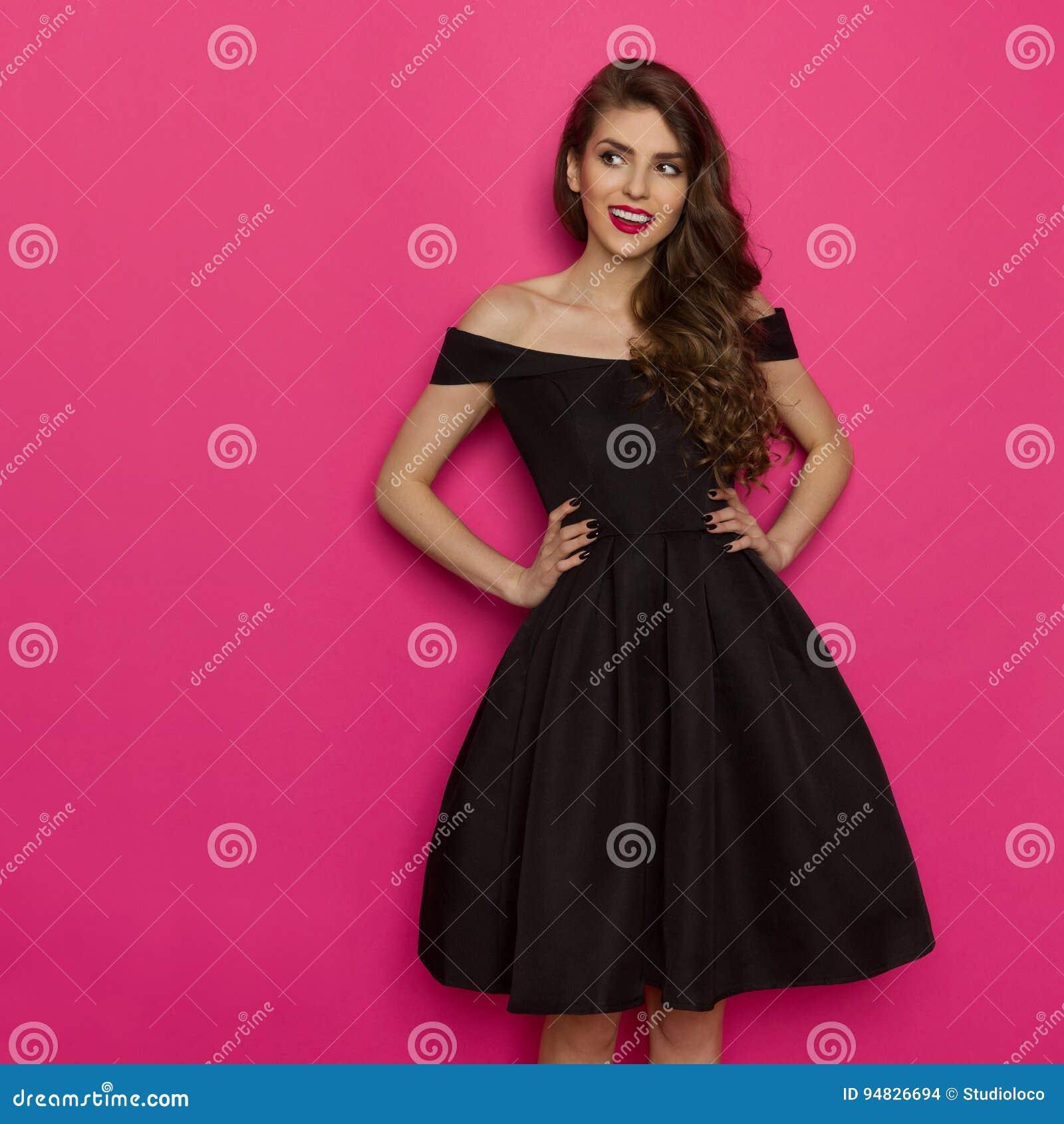 Mujer En Vestido Está Elegany Negro La Mirando De Joven Cóctel thrQds