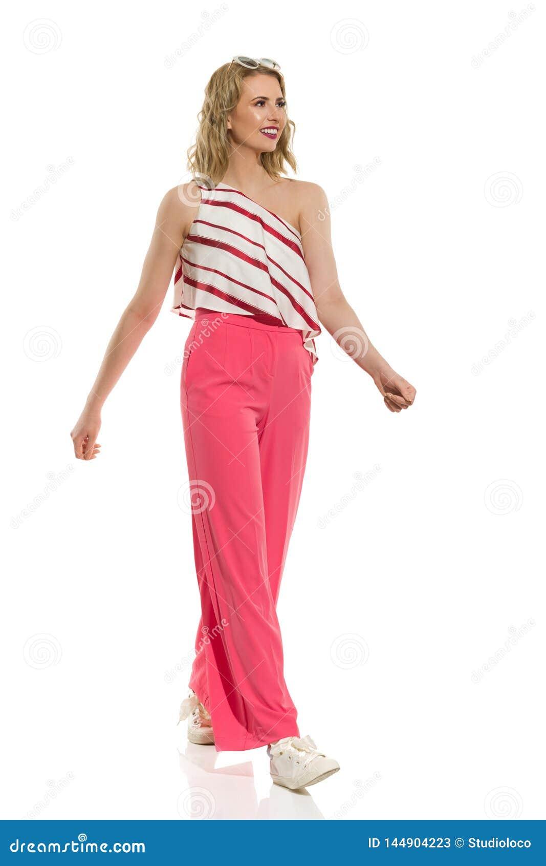 La Mujer Joven Elegante En Pantalones Flojos Rosados Es Que Se Va Y De Mirada Imagen De Archivo Imagen De Elegante Mirada 144904223