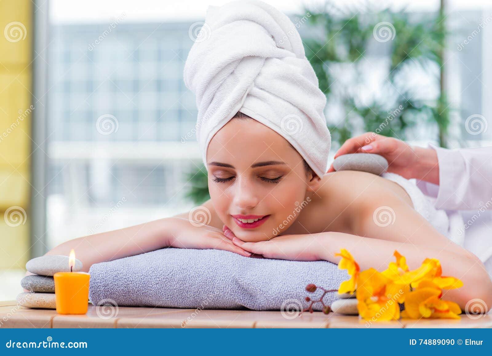 La mujer joven en concepto del balneario