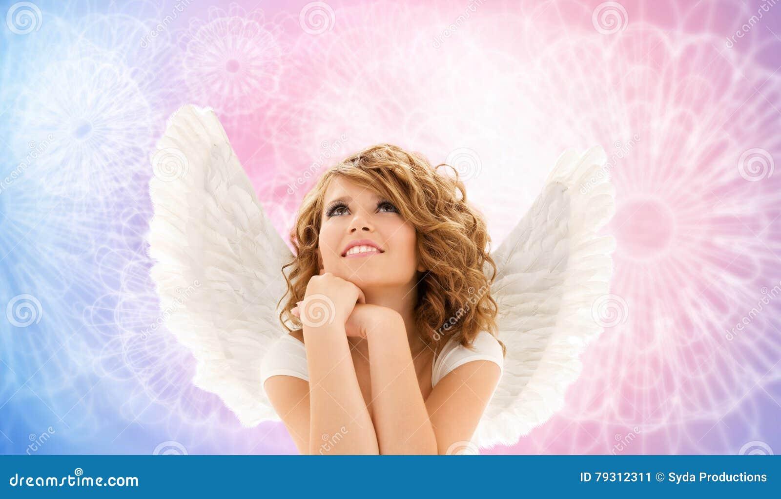 La mujer joven feliz o la muchacha adolescente con ángel se va volando