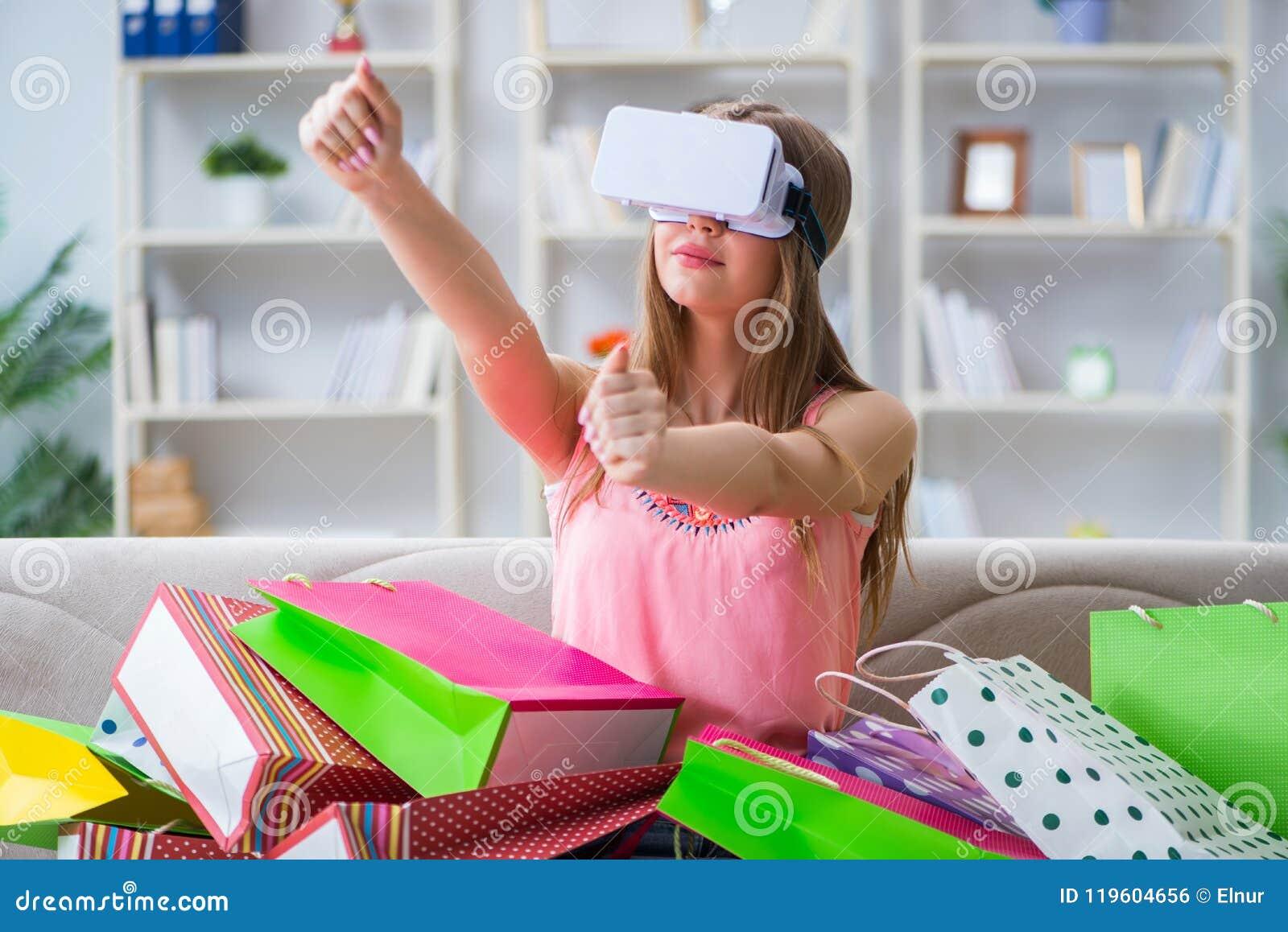 La mujer joven que hace compras con los vidrios de la realidad virtual