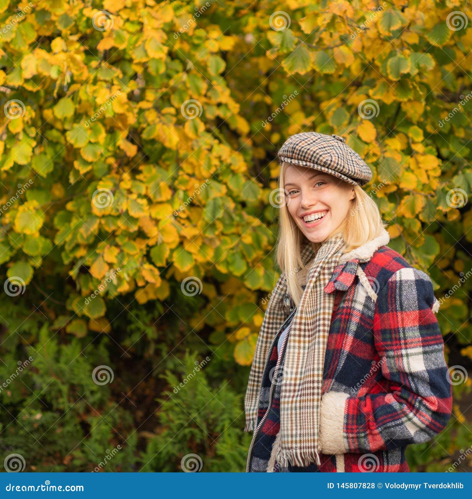 La mujer lleva el fondo a cuadros de la naturaleza de la ropa Quepis del desgaste de la muchacha Complemento de la caída Muchacha