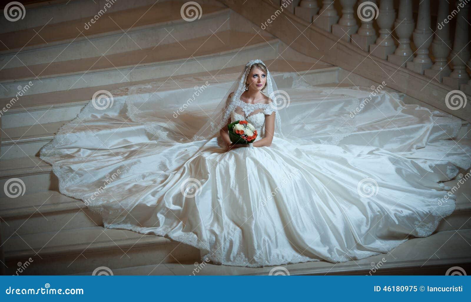 La Mujer Lujosa Hermosa Joven En El Vestido De Boda Que Se Sienta En ...