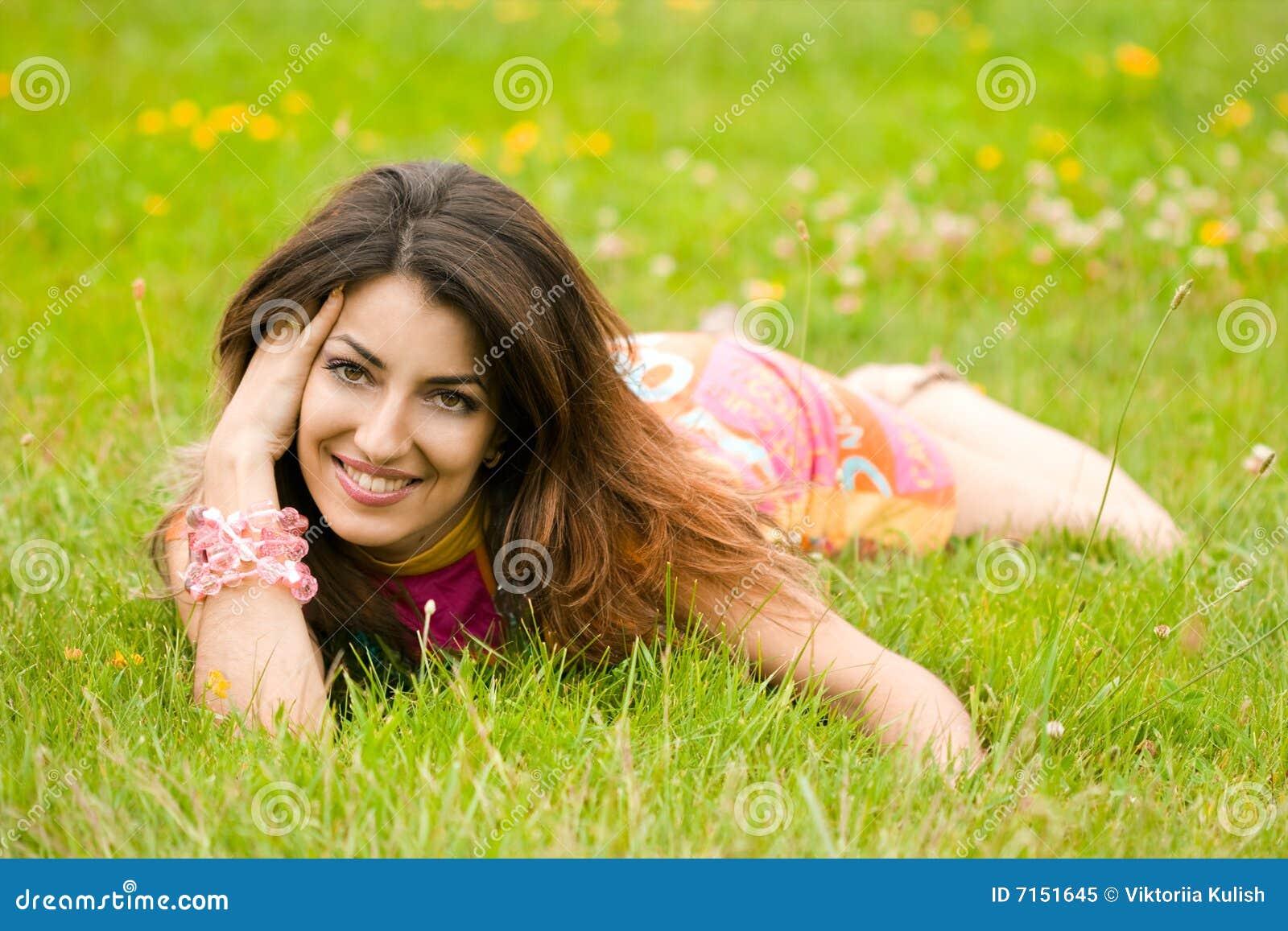 La mujer miente en una hierba