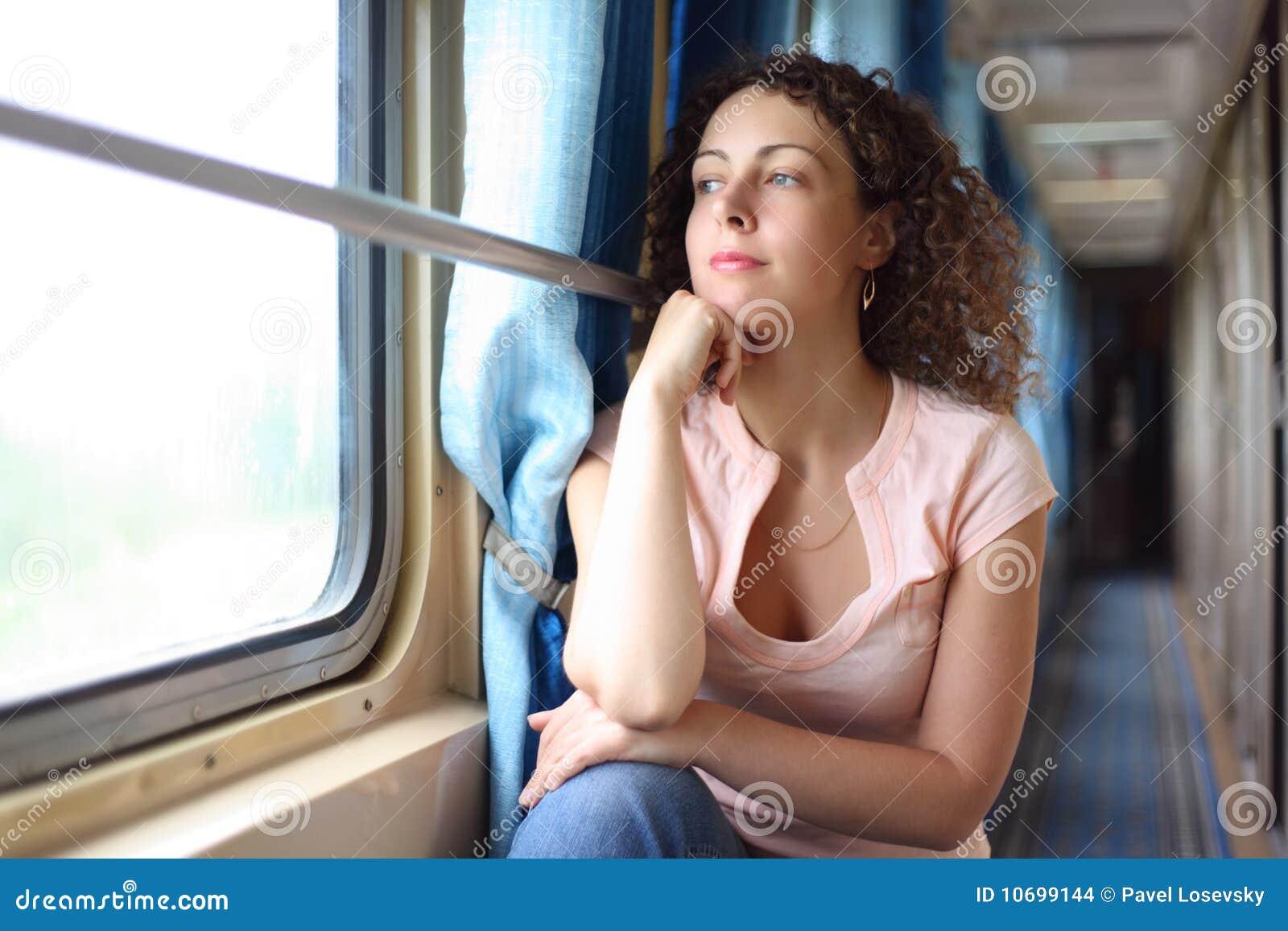 Resultado de imagen para mujer en el tren