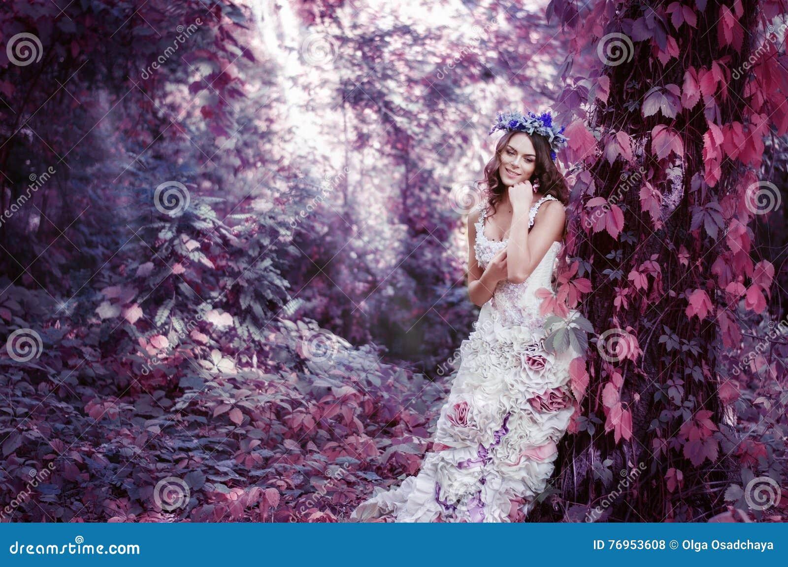 La Mujer Morena Hermosa En Un Vestido Blanco Largo, Con Una ...