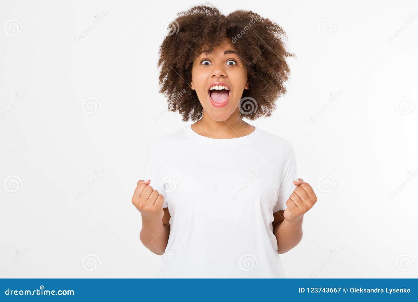 La mujer oscura joven feliz de la piel aislada en el fondo blanco en camiseta viste Copie el espacio Mofa para arriba Camiseta en