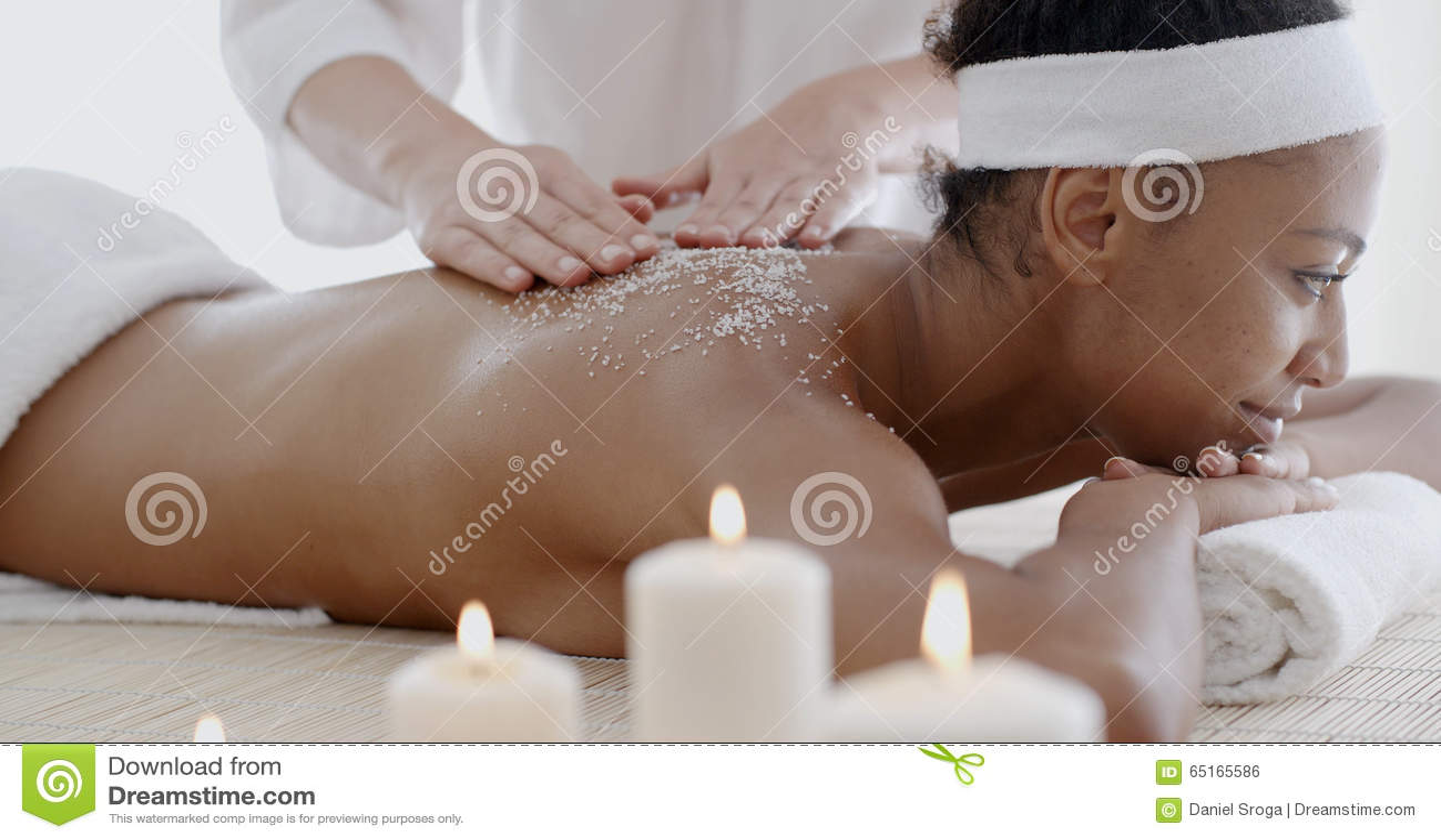 La mujer que consigue una sal friega el tratamiento