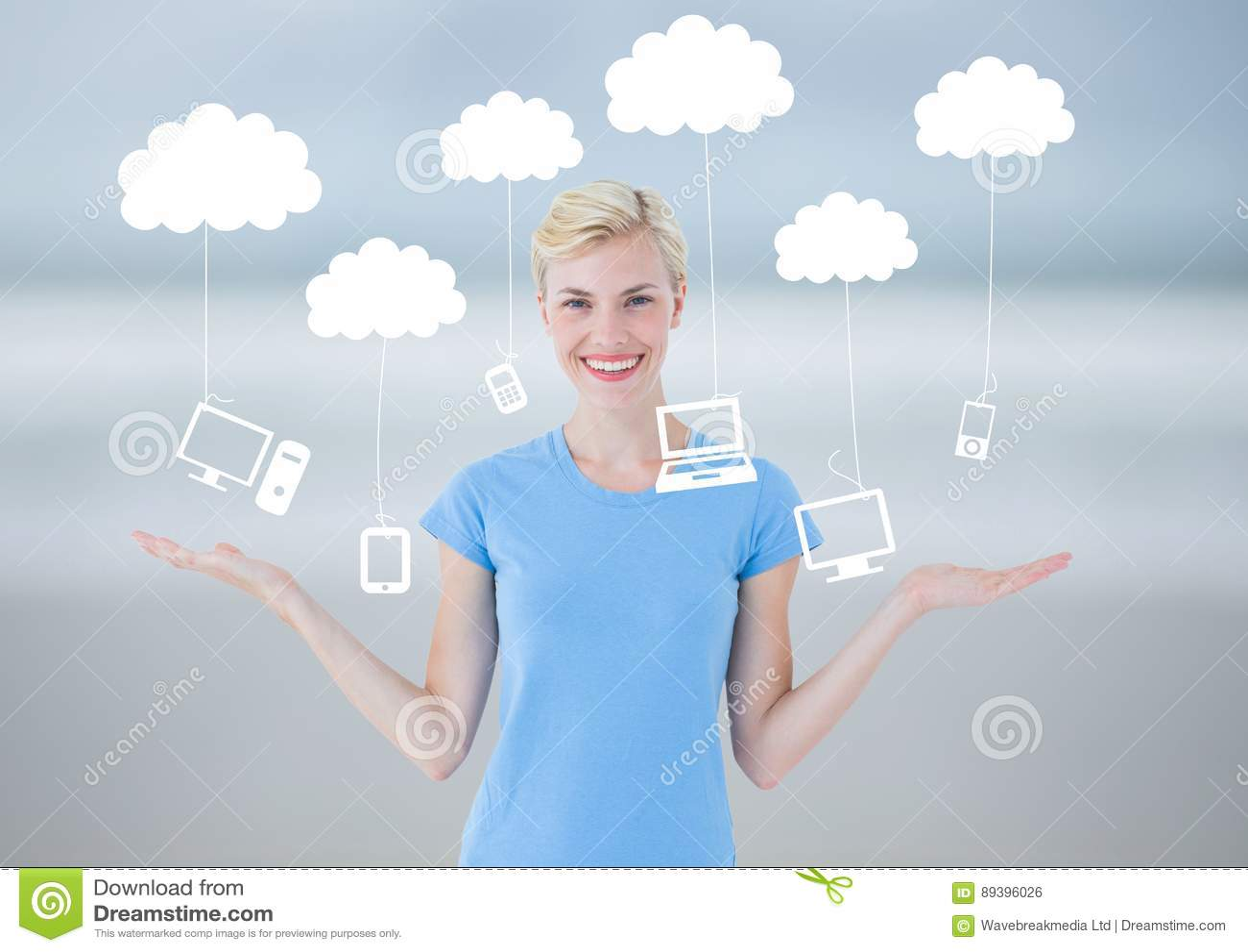 La mujer que elige o que decide se nubla tecnología de la ejecución con las manos abiertas de la palma
