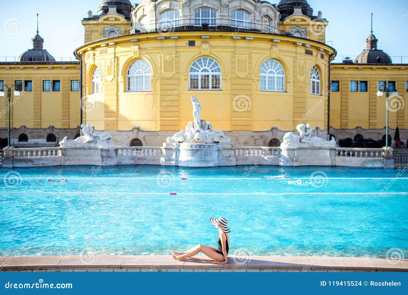 La mujer que se relaja en la termal se baña en Budapest
