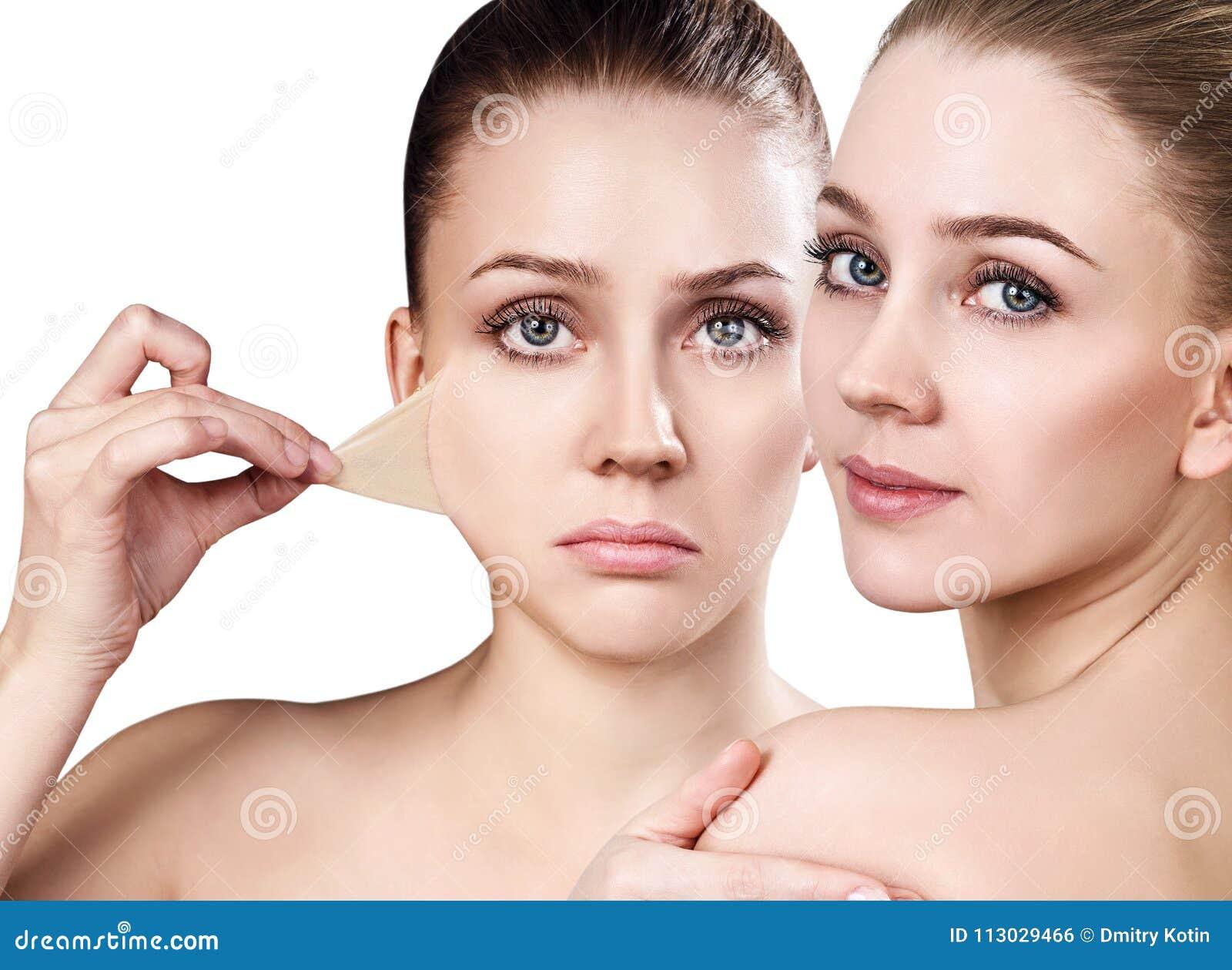 La mujer quita su piel seca vieja de cara