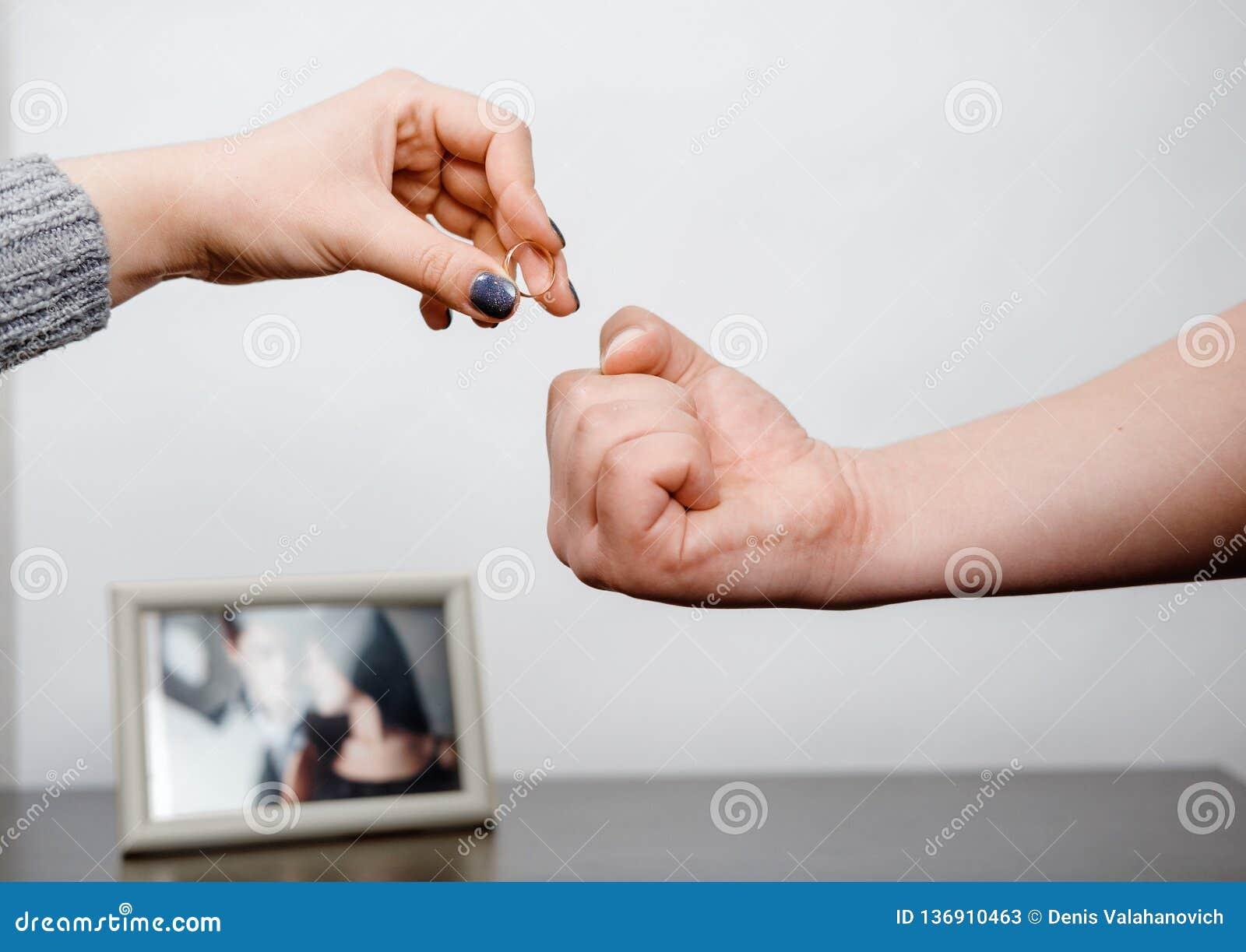 La mujer saca un anillo de compromiso, conflicto de la familia