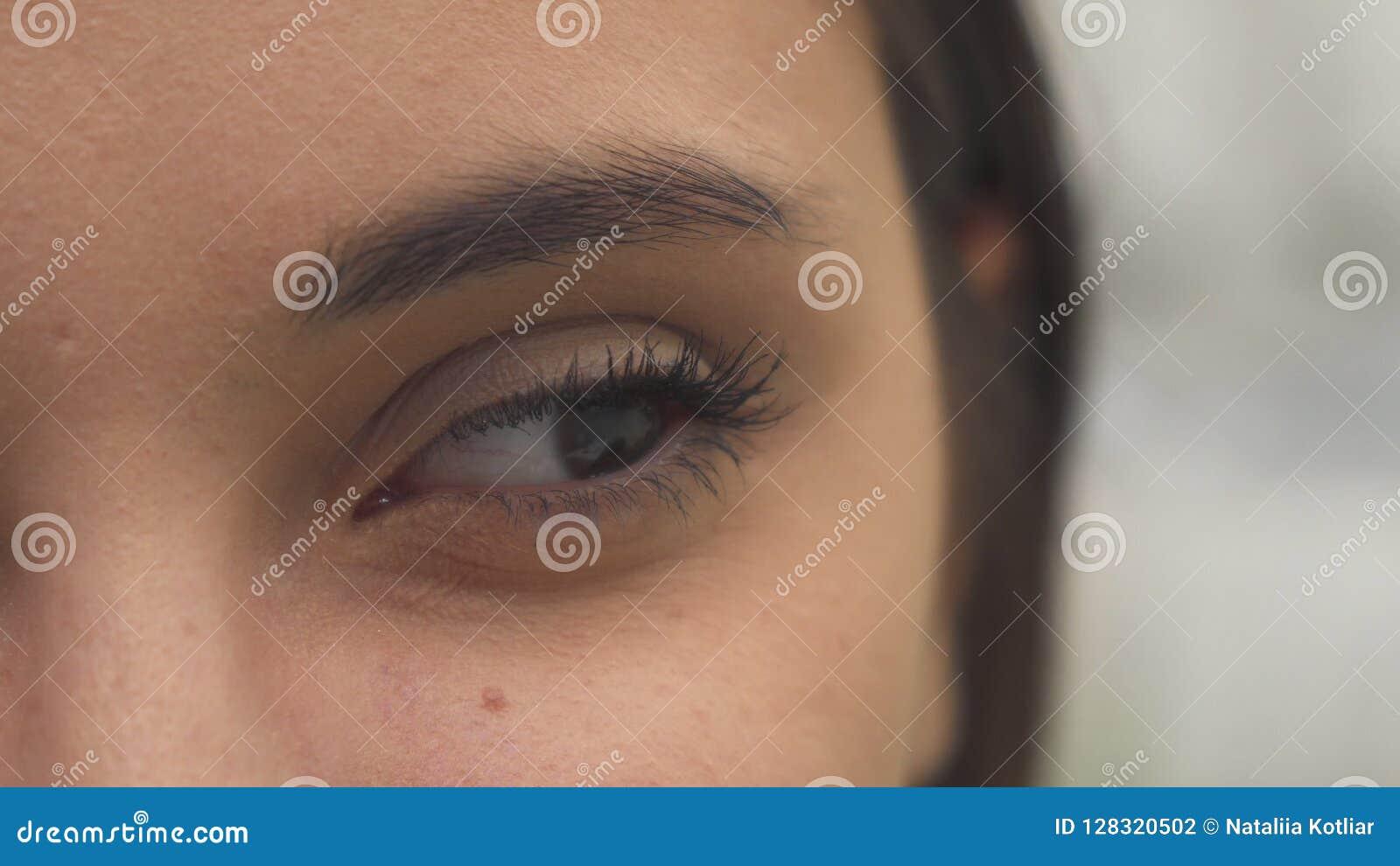 La mujer se abre el ojo