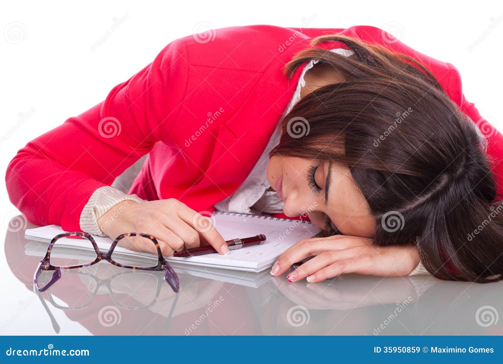 La mujer se cae dormido en el escritorio