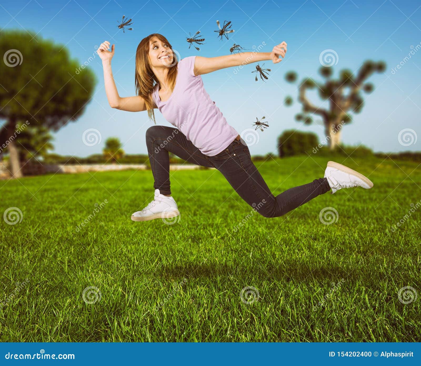 La mujer se defiende del ataque de los mosquitos que corren rápidamente