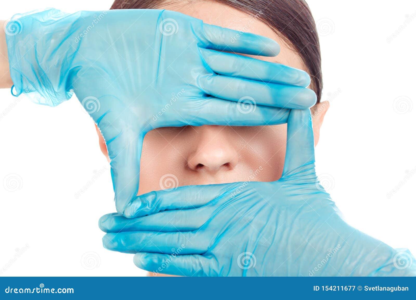 La mujer se est? preparando para la cirug?a de la nariz, fondo blanco