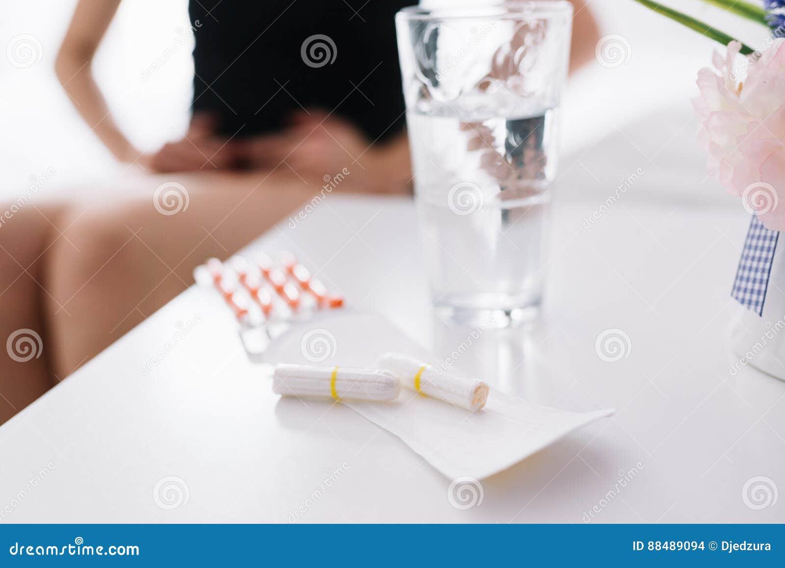 La mujer sufre de dolor de la menstruación o de dolor de estómago