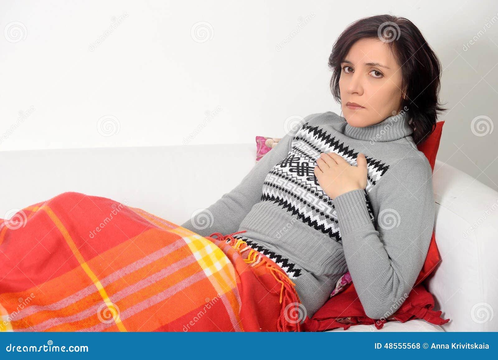 La mujer sufre de dolor de pecho