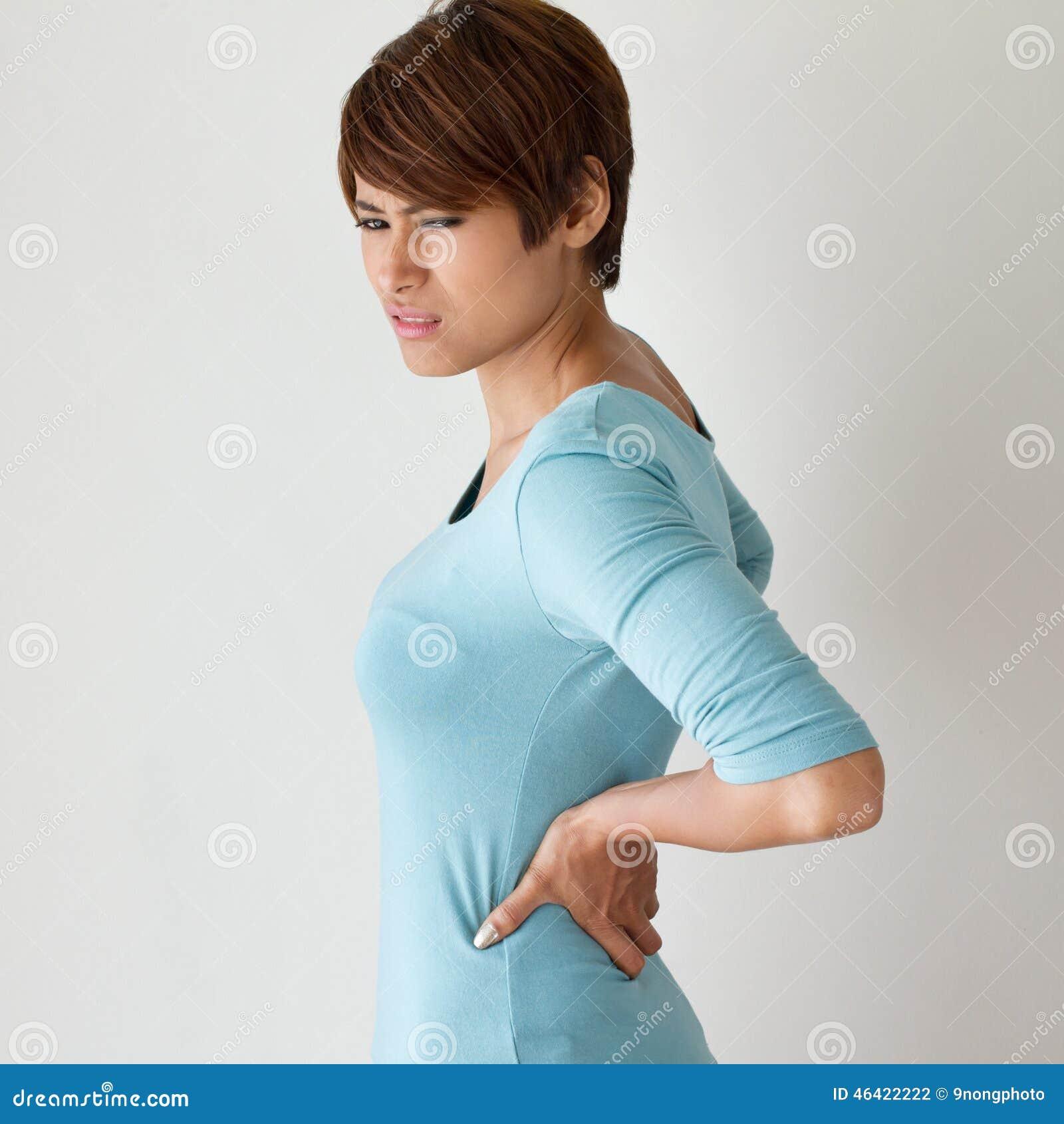La mujer sufre del dolor de espalda, concepto de síndrome de la oficina